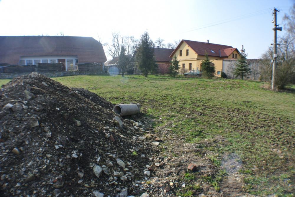 Stavební pozemek Hrušová 913m2 - domyhrusova.cz